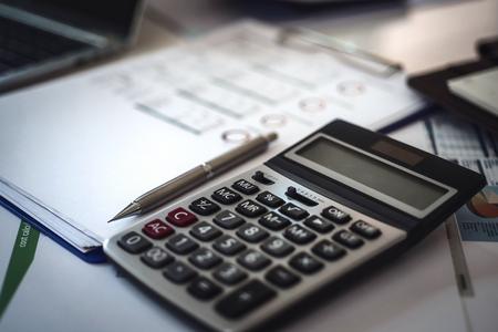 Calcolatrice per la fattura sul posto di lavoro del commercialista. Concetto di contabilità.