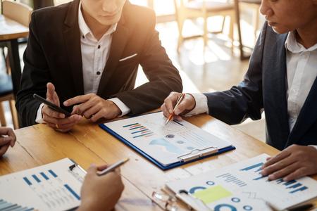 Professionnels de l'équipe commerciale travaillant à l'analyse des données avec un rapport financier au bureau. Notion de comptabilité.