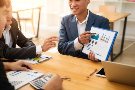 Jong commercieel team dat een probleem bespreekt en financieel rapport in vergaderruimte toont. Boekhoudkundig concept. Stockfoto