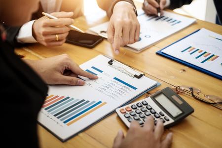 Profesionales del equipo empresarial que trabajan analizando datos con informe financiero en la oficina. Concepto de contabilidad. Foto de archivo