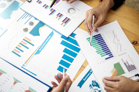 Gruppe von Geschäftsleuten, die Kommunikationsdiskussion über die Analyse von Datenfinanzberichten im Büro treffen. Buchhaltungskonzept. Standard-Bild