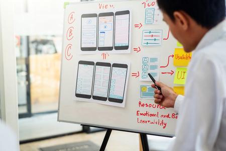 Diseñador de sitios web para reuniones gráficas creativas para la planificación de aplicaciones de telefonía móvil. Concepto de experiencia de usuario. Foto de archivo