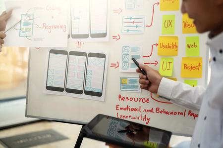 Desarrollo de diseñador de sitios web Diseño de UI / UX sobre notas esbozadas, diseño de estructura metálica, proyecto de aplicación móvil. Concepto de experiencia de usuario.