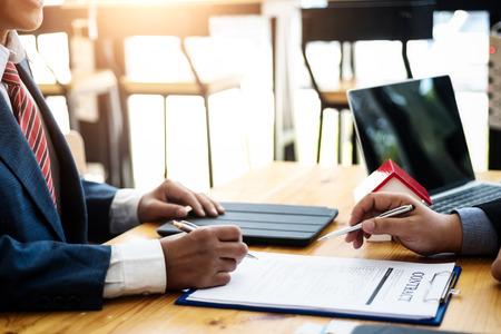 Investissement de discussion d'homme d'affaires avec la signature d'un contrat dans la salle de réunion. concept de contrat et d'accord. Banque d'images