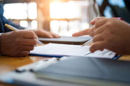 사업가들은 사무실에서 계약 기간 대출 시설에 서명하여 투자 주택 부동산에 대해 토론하고 협상합니다. 계약 및 계약 개념입니다.