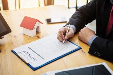 Business che firma un contratto di investimento immobiliare. Contratto e concetto di accordo. Archivio Fotografico