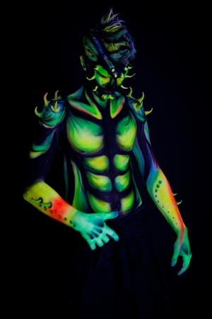 Uomo con fluorescente colpo di sfondo Studio bodyart nero Archivio Fotografico - 13030008