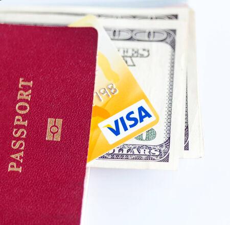 tarjeta visa: RUSIA, OREL - 28 de noviembre 2014: pasaporte Internatioanl, billetes de d�lar y tarjeta de cr�dito Visa. Fondo blanco Editorial