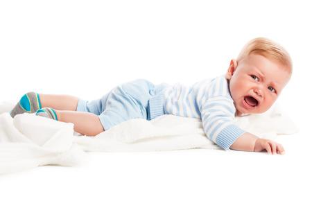 crying boy: El llanto del bebé. Aislado en el fondo blanco. Tiro del estudio