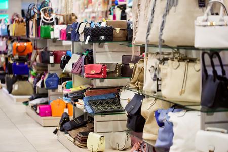 tienda de ropa: Una gran cantidad de bolsos en la tienda