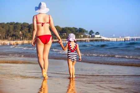 Mère et fille marchant au coucher du soleil plage Banque d'images - 89063066