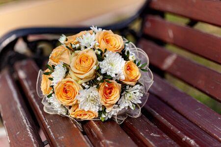 Close up of wedding bouquet on wooden bench Zdjęcie Seryjne