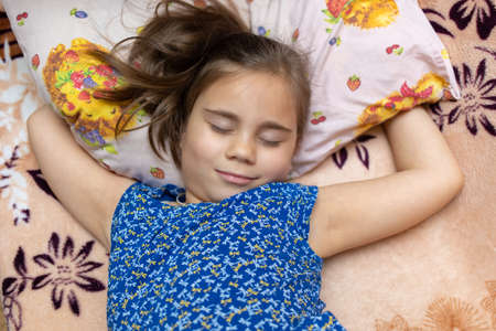 Child girl sleeping in a casual clothes on sofa 免版税图像 - 165422276