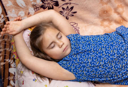 Child girl sleeping in a casual clothes on sofa 免版税图像 - 167085440