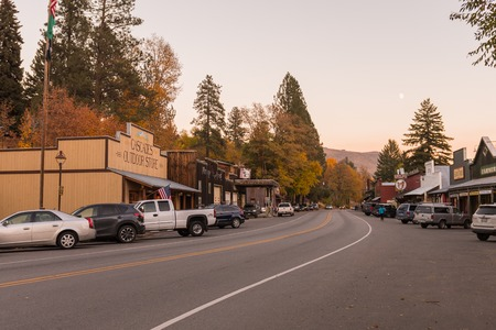 Buildings with the aesthetics of the old American West in Winthrop at sunset, North Cascades. Редакционное