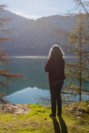 A woman contemplates the landscape of Baker Lake in Norh Cascades Banco de Imagens