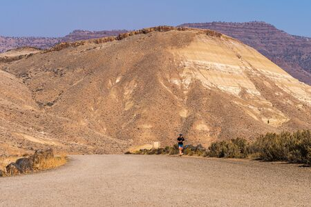 A tourist walks through Painted Hills Sajtókép