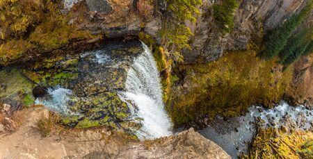 Panoramic top view of the 97-foot Tumalo Waterfall in Tumalo Creek near Bend, Oregon, USA 版權商用圖片 - 140247945
