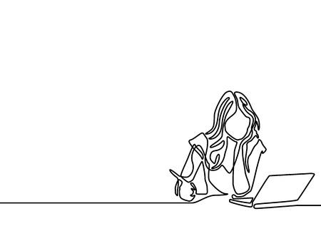 Une femme d'une ligne écrit et étudie avec un ordinateur portable d'aide. Concept d'apprentissage en ligne