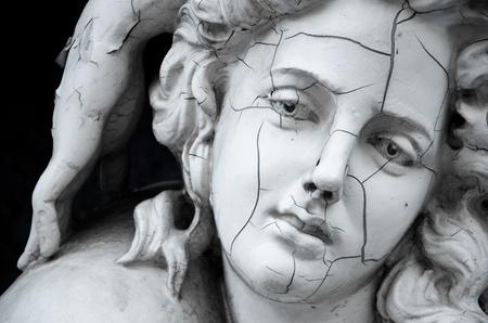 romano: Rostro agrietado de la escultura griega femenina Foto de archivo