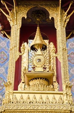 ix: Monument with insignia of King Rama IX at Wat Phra Keaw, Thailand Stock Photo