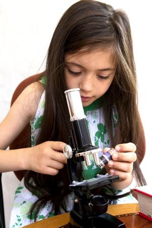 pull toy: Joven investigador analiza con un microscopio Foto de archivo