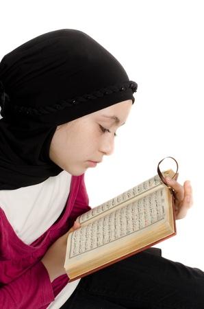 petite fille musulmane: Petite fille lit le Coran (Coran)