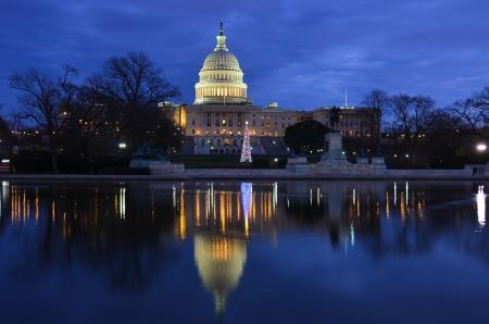 Washington DC, Verenigde Staten Capitol Building en reflectie op de vijver met de kerstboom bij zonsopgang