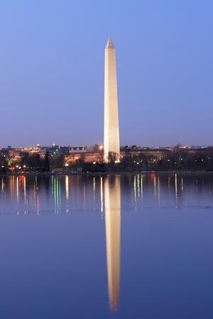 george washington: Monumento a Washington en la noche con reflejo en el agua, Washington DC, Estados Unidos
