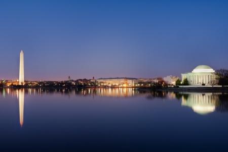 물에 거울 반사와 워싱턴 기념비와 토마스 제퍼슨 기념관 등의 워싱턴 DC 내셔널 몰,