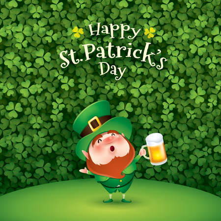cartoon character of funny leprechaun with mug of beer standing on grass on clover background, saint patrick day concept. Stockfoto - 124994226