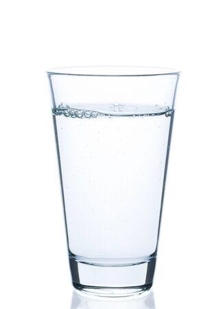 Vetro di acqua gorgogliante su sfondo bianco