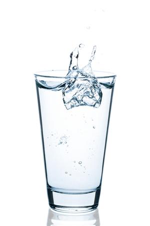Blubbly ガラスの飛散水の滴の分離の白い背景