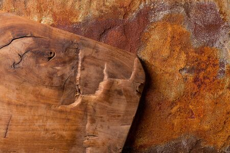 Vintage cutting board on rusty metal background, view from above Stockfoto
