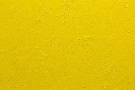 Abstrakte gelbe Pinselstriche gemalter Hintergrund, echtes pastosgelbes Ölgemälde von Hand Standard-Bild