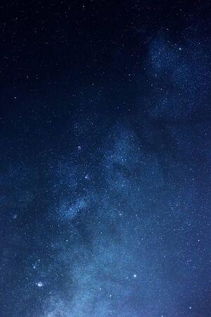 noche estrellada: Estrellas de la Vía Láctea en el cielo nocturno Foto de archivo