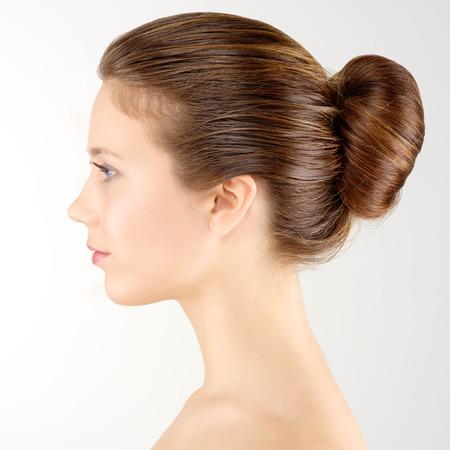 Profiel portret jonge volwassen vrouw met een schone huid