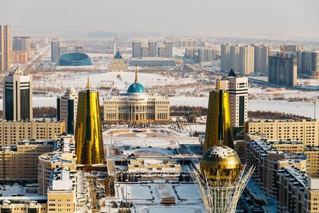 Vista superior de la residencia presidencial Ak Orda, la Casa de los Ministerios y el bulevar Nur-Jol con el monumento Baiterek en Astana, Kazajstán. Foto de archivo