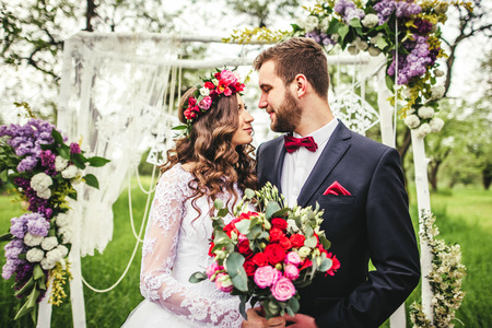 novia y el novio al aire libre. ceremonia de la boda. arco de la boda. Foto de archivo