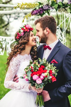 Braut und Bräutigam im Freien. Hochzeitszeremonie. Hochzeit Bogen. Standard-Bild - 64056687