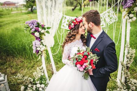 Braut und Bräutigam im Freien. Hochzeitszeremonie. Hochzeit Bogen. Standard-Bild - 64056688