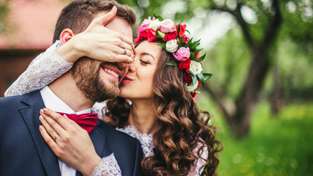 웨딩 커플을 서로 포용. 기쁨의 순간