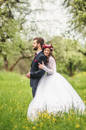 Svatební procházka po přírodě. Nevěsta a ženich dohromady Reklamní fotografie