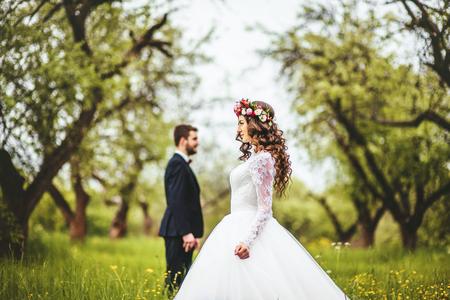 Hochzeitsweg auf Natur. Braut und Bräutigam zusammen Standard-Bild - 64058068