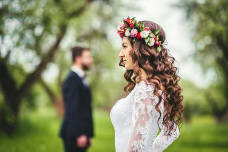 Hochzeitsweg auf Natur. Braut und Bräutigam zusammen Standard-Bild - 64058071