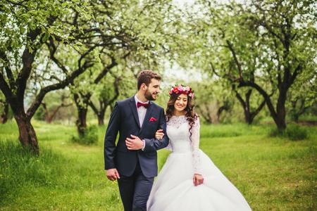 결혼식 자연 산책. 신부와 신랑 함께 스톡 콘텐츠