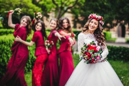결혼식 날 공원에서 신부 들러리와 신부 스톡 콘텐츠