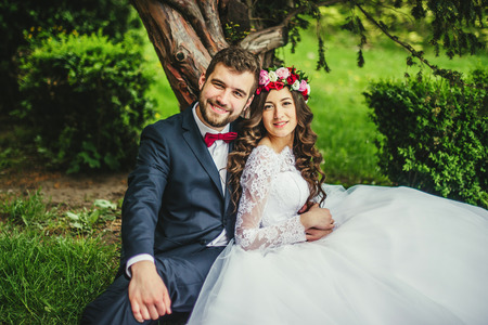 Glückliche Paare, Braut und Bräutigam umarmt in der Nähe von alten Baum Standard-Bild - 64059221