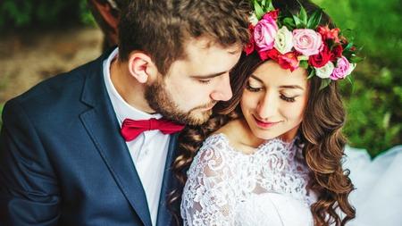 Gelukkig paar, bruid en bruidegom knuffelen in de buurt van oude boom Stockfoto