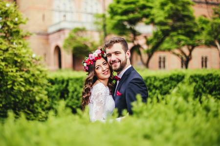행복한 커플, 신부 & 신랑 공원에서 포옹
